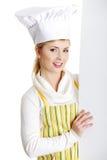 Het gelukkige van de vrouwenkok of bakker aanplakbord van het holdingsteken. Stock Afbeeldingen