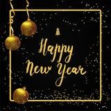 Het gelukkige van letters voorzien van het Nieuwjaar De gouden bal, gouden linten en schittert Royalty-vrije Stock Afbeeldingen