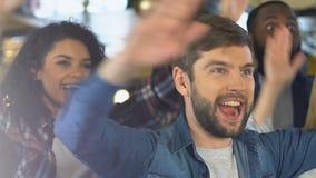 Het gelukkige ventilators slaan dient bar in, vierend de favoriete overwinning van het sportenteam stock footage