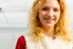 Het gelukkige vest van het vrouwen openlucht dragende bont royalty-vrije stock foto's