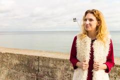 Het gelukkige vest van het vrouwen openlucht dragende bont royalty-vrije stock fotografie