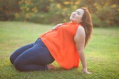 Het gelukkige vettige vrouw openlucht stellen Stock Foto