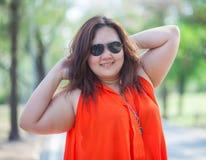 Het gelukkige vettige vrouw openlucht stellen Stock Afbeeldingen