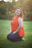 Het gelukkige vettige vrouw openlucht stellen Royalty-vrije Stock Fotografie