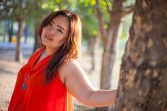 Het gelukkige vettige vrouw openlucht stellen Royalty-vrije Stock Foto