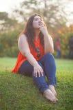 Het gelukkige vettige vrouw openlucht stellen Royalty-vrije Stock Foto's