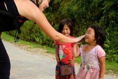 Het gelukkige Vietnamese kinderen spelen Stock Fotografie