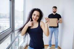Het gelukkige volwassen paar bewegen zich uit of binnen aan nieuw huis Stock Foto