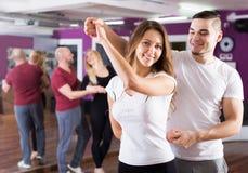 Het gelukkige volwassen paren genieten van van partnerdans Royalty-vrije Stock Fotografie