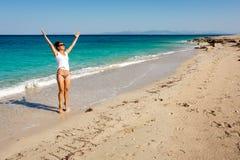 Het gelukkige volwassen vrouw enjoing over vakantie besteed aan het overzeese strand stock afbeelding