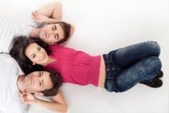 Het gelukkige vrienden ontspannen Stock Foto's