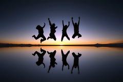 Het gelukkige vrienden openlucht springen Stock Fotografie