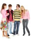 Het gelukkige vrienden spreken Stock Foto