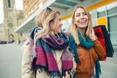 Het gelukkige vrienden winkelen royalty-vrije stock foto