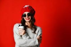 Het gelukkige vrij jonge vrouw drinken koffie-aan-gaan en het denken in de stad stock foto