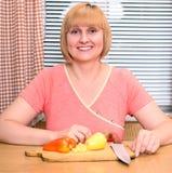 Het gelukkige vrouw koken op middelbare leeftijd royalty-vrije stock fotografie