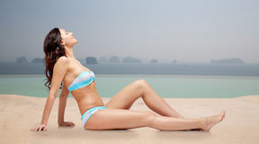 Het gelukkige vrouw looien in bikini over zwembad Stock Foto's