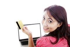 Het gelukkige vrouw online winkelen Royalty-vrije Stock Fotografie