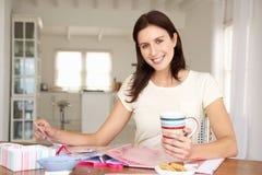 Het gelukkige vrouw scrapbooking Stock Fotografie