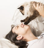 Het gelukkige vrouw spelen met kat stock afbeelding