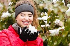 Het gelukkige Vrouw spelen met sneeuw Royalty-vrije Stock Foto