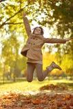 Het gelukkige vrouw springen Stock Foto's