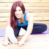 Het gelukkige vrouw streching Fitness en sport Geïsoleerd op wit royalty-vrije stock afbeeldingen
