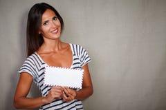 Het gelukkige vrouw toothy glimlachen terwijl het houden van post royalty-vrije stock foto's