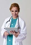 Het gelukkige vrouwenmd noodsituatiearts of verpleegster stellen die gebruikend Di glimlachen stock afbeeldingen