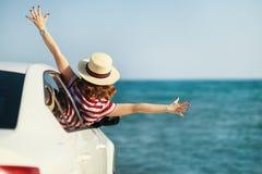 Het gelukkige vrouwenmeisje gaat naar de reis van de de zomerreis in auto royalty-vrije stock afbeeldingen