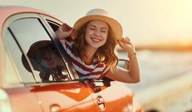 Het gelukkige vrouwenmeisje gaat naar de reis van de de zomerreis in auto stock foto's