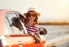 Het gelukkige vrouwenmeisje gaat naar de reis van de de zomerreis in auto stock fotografie