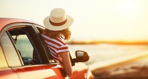 Het gelukkige vrouwenmeisje gaat naar de reis van de de zomerreis in auto royalty-vrije stock fotografie