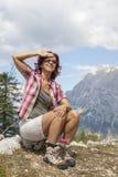 Het gelukkige vrouwenwandelaar rusten Stock Afbeeldingen