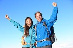 Het gelukkige wandelingspaar toejuichen Royalty-vrije Stock Afbeeldingen