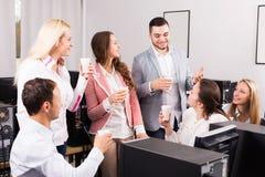 Het gelukkige werknemers en manager vieren stock afbeeldingen