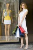 Het gelukkige winkelen Stock Foto's