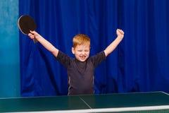 Het gelukkige zeven-jaar-oude kind hief omhoog zijn handen op en sloot zijn ogen stock afbeelding