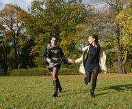 Het gelukkige zusters lopen Royalty-vrije Stock Afbeelding