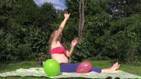 Het gelukkige zwangere spel van het vrouwenmeisje met kleurrijke ballons in tuin Royalty-vrije Stock Afbeelding
