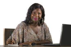 Het gelukkige zwarte afro Amerikaanse bedrijfsvrouw werken vrolijk met laptop computer door het bureau van het bedrijfsdistrictsv royalty-vrije stock foto