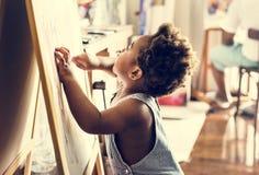 Het gelukkige zwarte jonge geitje geniet van thuis trekkend royalty-vrije stock foto