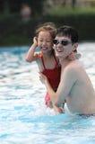 Het gelukkige zwemmen Stock Foto's