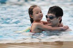 Het gelukkige zwemmen Royalty-vrije Stock Afbeeldingen