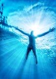 Het gelukkige zwemmen in het overzees Stock Foto