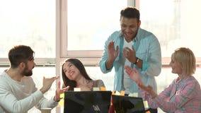 Het gelukwensen en het toejuichen aan een jonge vrouw in bureau stock videobeelden