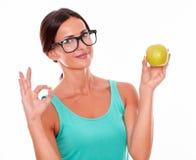 Het gelukwensen van donkerbruine vrouw met een appel Royalty-vrije Stock Foto's