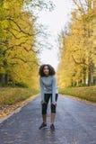 Het gemengde de Tienergeschiktheid van het Ras Afrikaanse Amerikaanse Meisje Lopen royalty-vrije stock afbeeldingen