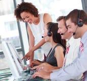 Het gemengde ras commerciële team op elkaar inwerken Stock Foto