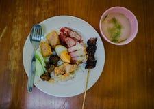 Het gemengde voedsel van de varkensvleesrijst is een Chinees kenmerk dat in Indonesië bestaat stock foto